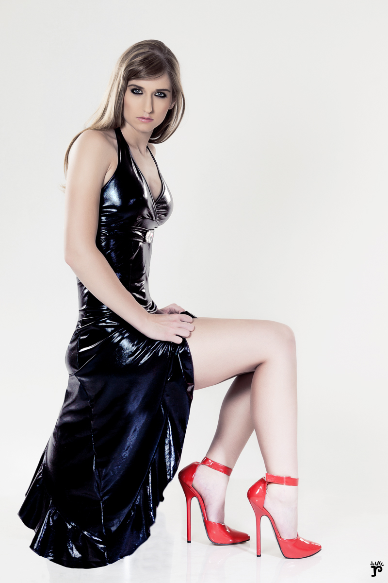 [IMG]http://www.daidegasforum.com/images2/415/latex-hot-woman.jpg[/IMG]